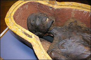 Фотография мумии, асфальм использовали для мумификации